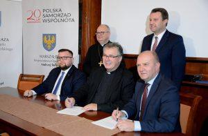 Podpisanie umowy na remont elewacji prezbiterium