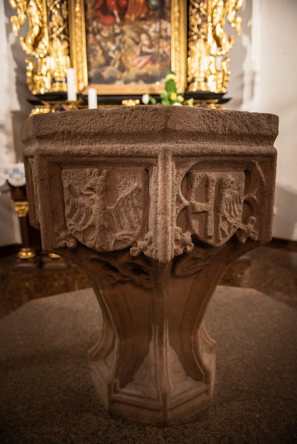 Gotisches Taufbecken mit dem ältesten Wappen von Oppeln